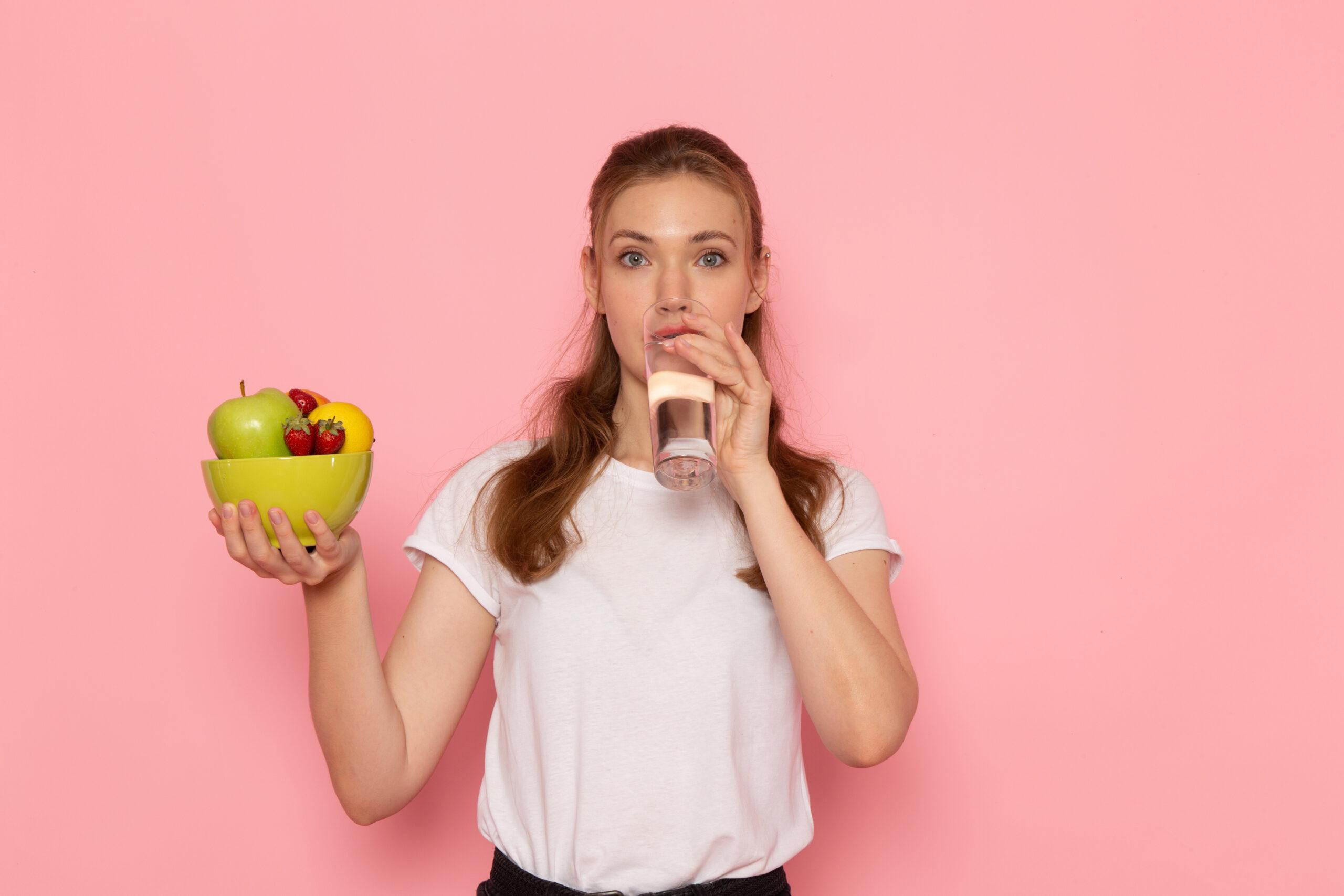 gezonde vrouw die zuiver water drinkt